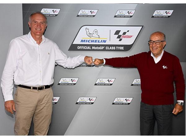 Michelin-CEO Florent Menegaux (links) und Dorna-CEO Carmelo Ezpeleta besiegeln die weitere Zusammenarbeit beider Seiten in Sachen MotoGP für die Jahre 2024 bis 2026 (Bild: Michelin)
