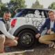 Anish K. Taneja (links), CEO der Michelin-Region Nordeuropa, sowie Cyrille Roget, Scientific & Communication Director bei dem Reifenhersteller, präsentieren den Luftlosreifen UPTIS in seinem natürlichen Umfeld: auf den öffentlichen Straßen Münchens (Bild: Michelin)