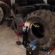 ServusTV hat der Reparatur von großen Baumaschinen-/EM-Reifen einen gut fünfminütigen Beitrag gewidmet (Bild: ServusTV/Screenshot)