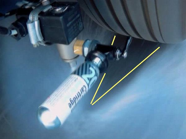 Bei Aquaplaninggefahr feuert das System in Richtung der Bodenaufstandsfläche eine Ladung komprimierten Gases, dessen Volumen sich dann schlagartig vergrößert und so vor der aktuellen Reifenposition befindliches Wasser wegbläst (Bild: RDTS Technologies)